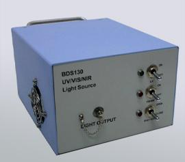 """Deuterium-(UV) / Wolfram (VIS/NIR)-Lichtquelle mit einem spektralen Bereich von 190 nm bis > 2500 nm incl. manuelle Kontrolle oder computergesteuerte Triggerung des Spektroalbereichs (UV; 185 nm bis 400 nm oder VIS/NIR; 400 nm bis 2500 nm) und """"Shutter"""". SMA905 mit 600 µm Lichtfaserkerndurchmesser und 0.22 NA (numerische Apertur) erforderlich"""