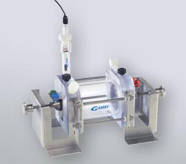 Detailaufnahme der Arbeitselektroden-Einspannvorrichtung incl. 4 mm Bananenstecker-Buchsen für Gamry Zellkabel-Stecker und senkrecht angeordnete Luggin-Kapillare für die Referenzelektrode