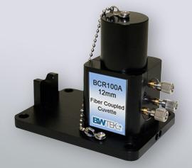 Mit dem Raman-Küvettenhalter können Sie auf einfache Weise das Raman-Spektrum von Flüssigkeiten und Pulvern messen, indem Sie eine Raman-Sonde direkt an den Halter anschließen. Der Raman-Küvettenhalter liefert ein bis zu dreimal klareres Raman-Signal als Standard-Küvettenhalter durch die Verwendung eines Innenspiegels mit einem Dreipunkt-Präzisionsverriegelungsmechanismus für unübertroffene Reproduzierbarkeit. Sie bietet auch einen Anschlag, um zu verhindern, dass der Sondenschaft die Küvette trifft, und eine Anregungslichtfalle zur Reduzierung der Hintergrundfluoreszenz. Der Raman-Küvettenhalter kann mit jeder Standardküvette der Größe 12.5 mm x 12.5 mm (OD) (1 cm opt. Weglänge) für Flüssigkeits- oder Pulverproben verwendet werden.