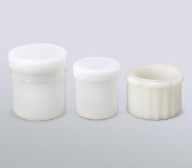 Im Standardlieferumfang befinden sich 3 große und 1 kleiner, wiederverwendbarer HDPE-Becher, sowie der Adapter für den kleineren Becher