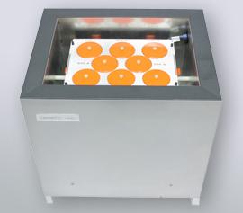 Isothermes 8-Kanal Kalorimeter Calmetrix I-Cal 8000 HPC mit geöffnetem Deckel zum Handling der Proben und Referenzen und Ansicht der acht Zwillingsmesskanäle width=