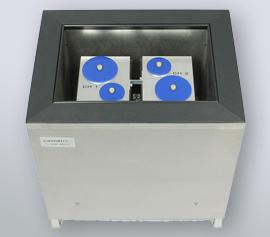 Isothermes Zwei-Kanal Biokalorimeter Calmetrix Biocal 2000 mit geöffnetem Deckel zum Handling der Proben und Referenzen