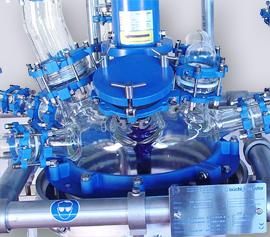 Glasreaktor mit Glashaube und explosionsgeschützter Rührwellendichtung und großem Handloch.