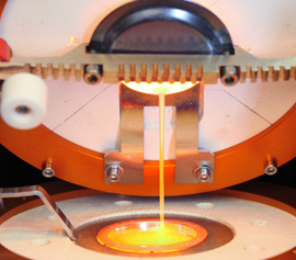 Katanax Fluxer K1 Prime – Detailansicht: Abgießvorgang vom Tiegel in die Abgießschale für die Herstellung einer Schmelztablette