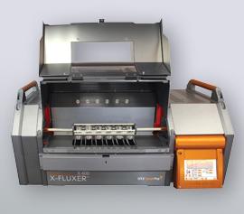 Katanax X-Fluxer® X-600 mit geöffneter Sicherheitstür, Ansicht der kombinierten Tiegel- und Schalenhalterung mit eingesetzter Platinware