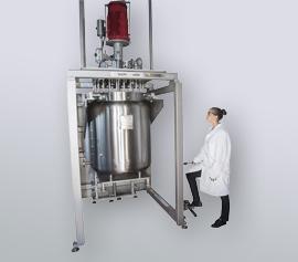 pilotclave: 250 Liter, 120 bar, Hastelloy C22, Chemikantin schließt Reaktor über den hydraulischen Reaktor Lift width=