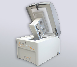 SPEX Kryomühle 6875D Freezer/Mill® mit geöffnetem Deckel, Ansicht der Mahlbehälteraufnahme und -verrieglung
