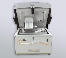 SPEX Kryomühle 6875 Freezer/Mill® mit geöffnetem Deckel und eingesetztem Mahlgefäß Typ 6801 (Mahlkapazität 5 bis 100 g), Ansicht der Mahlbehälteraufnahme und -verriegelung