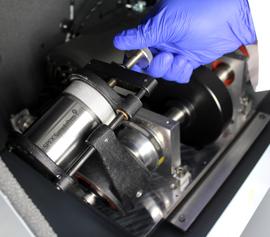Hochenergie-Kugelmühle SPEX 8000D Mixer/Mill® mit der Detailansicht von einer der zwei Mahlbehälter-Aufnahmen während der Befestigung eines Mahlbehälters