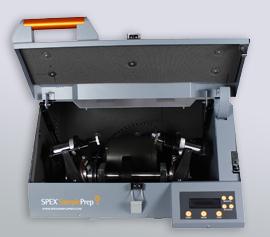 Hochenergie-Kugelmühle SPEX 8000D Mixer/Mill® mit geöffnetem Deckel und Ansicht der zwei Mahlbehälter-Aufnahmen