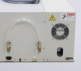 ARV-310P mit RS232C-Schnittstelle auf der Gehäuserückseite. Nach außen geführter Vakuumschlauch um eine Kühlfalle dazwischen schalten zu können