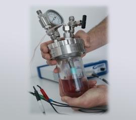 Guter Durchblick – hier der Einsatz eines Büchi Glasreaktors mit angeschlossener Elektrode für elektrochemische Messungen